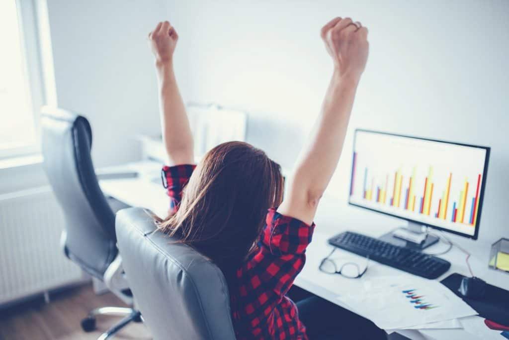 entrepreneur femme fait des analyses